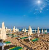 Sunshiny paradijs wit zandig strand, Puglia, Italië stock foto