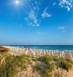Sunshiny paradijs wit zandig strand, Puglia, Italië stock fotografie