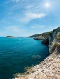 Sunshiny rotsachtige overzeese kust, Gargano, Puglia, Italië royalty-vrije stock foto