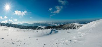 Sunshiny sneeuwlandschap van de de winterberg stock foto's