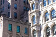 Sunshiny vensters van oude architecturale buldings stock foto