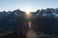 Sunstar à l'arête de montagne photographie stock