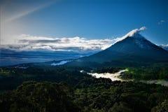 Sunstreaks över den Arenal vulkan, Costa Rica, på gryning arkivbilder