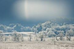 Sunstreaks que brilha na paisagem geada Foto de Stock Royalty Free