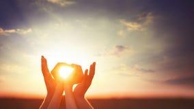2 руки на sunsut Стоковая Фотография