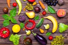Sunt äta, bantar, detoxbakgrund Sortiment av ljusa organiska nya frukter och grönsaker på den mörka trätabellen Strikt vegetarian Royaltyfria Bilder