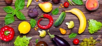 Sunt äta, bantar, detoxbakgrund Sortiment av ljusa organiska nya frukter och grönsaker på den mörka trätabellen Strikt vegetarian Arkivbild