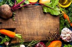 Sunt äta för begrepp med rå grönsaker arkivfoton