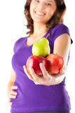 Sunt äta - kvinna med äpplen och pearen Arkivbild