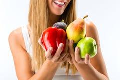 Sunt äta, kvinna med frukter och grönsaker royaltyfria foton
