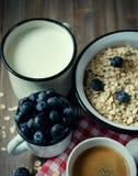 Sunt äta, mat och bantar begrepp - den smakliga havremjölet med bär och en råna av mjölkar och en kopp kaffe Top beskådar royaltyfri bild
