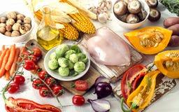 Sunt äta och att banta begrepp Frukter, grönsaker och höna arkivbild