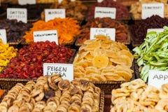 Sunt äta som torkas - fruktmellanmål på matmarknaden Royaltyfri Bild