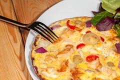 Sunt ätabottenläge - mål för spansk omelett för kalori med sallad royaltyfri fotografi