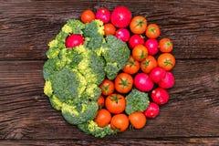 Sunt banta av grön och röd grönsakyin yang royaltyfria bilder