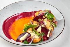 Sunt banta: färgrik rödbetssallad med potatisar och strimlade sidor close upp Royaltyfria Foton