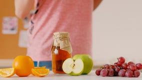 Sunt banta hemlagad organisk fruktsaft för ny frukt lager videofilmer