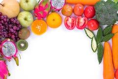 sunt begrepp Olika frukter och grönsaker på vit backgr Arkivfoto