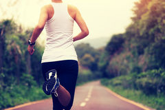 Sunt ben för spring för kvinna för livsstilkonditionsportar arkivbilder
