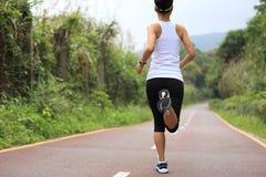 Sunt ben för spring för kvinna för livsstilkonditionsportar Arkivbild