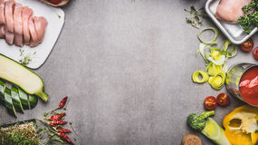 Sunt eller banta matbakgrund med det rå fega bröstet och olika grönsaker för smaklig matlagning, bästa sikt arkivfoton