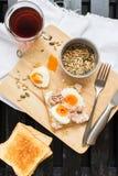 Sunt frukostkafferostat bröd Tuna Eggs Sunflower Seeds royaltyfria foton