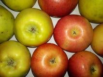 Sunt härligt naturligt smakligt Apple för gul hemlagad vit bakgrund royaltyfria foton