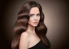 sunt hår Härlig brunettflickastående Sund lång wav royaltyfri fotografi