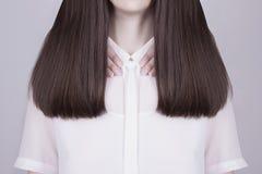 Sunt långt hår för ung kvinna Arkivfoton
