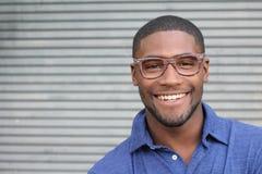 Sunt leende tänder som whitening Härligt le ståendeslut för ung man upp Över modern grå bakgrund skratta för affärsman arkivfoton