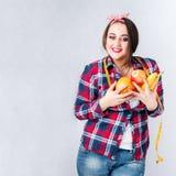 Sunt mat fett kvinna begrepp, den hungriga flickan XXL säger ingen dålig mat, Royaltyfri Bild
