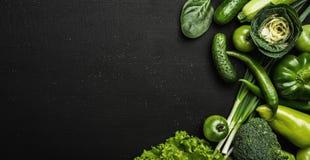 Sunt matbegrepp med nya gröna grönsaker på den svarta stentabellen royaltyfria bilder