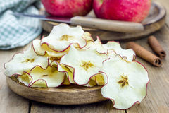 sunt mellanmål äpplet chips hemlagat royaltyfri bild