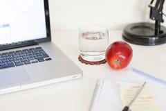 Sunt mellanmål på ett kontorsskrivbord arkivfoton