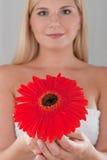 sunt nätt rött kvinnabarn för blomma royaltyfria bilder