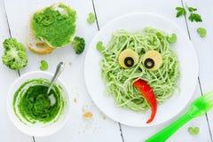 Sunt och idérikt behandla som ett barn mat - grön grönsakpasta för ungar royaltyfri fotografi