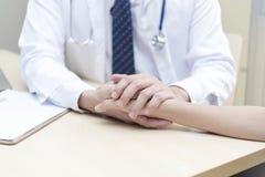 sunt och medicinskt begrepp Hållande tålmodig hand för doktor som ska ges royaltyfri foto