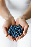 sunt organiskt för mat Kvinnan räcker mycket av söta mogna blåbär Arkivfoto