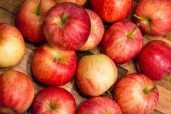 Sunt rött äpple som förläggas på tabellen Royaltyfri Foto