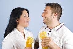 sunt skratta för par tillsammans Arkivfoto