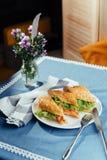 Sunt smörgåssnitt in i stycken som visar smaklig ingredienssalam Arkivfoton