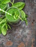 Sunt smoothy av nya gröna spenatsidor Detoxbegrepp Arkivfoton