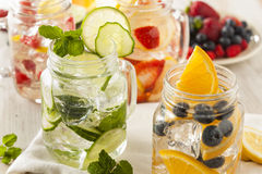 Sunt Spa vatten med frukt fotografering för bildbyråer