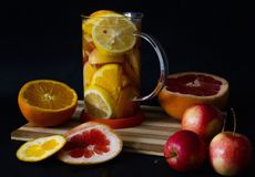 Sunt te för vitamin C på vinterdag fotografering för bildbyråer