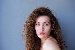 Sunt tonårigt med glödande stirra för hud royaltyfri fotografi