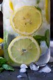Sunt vatten med mintkaramellen, skivade citroner och gurkor Banta drinken Sassy vatten Murarekrus mycket med skivade frukter och  Arkivbilder
