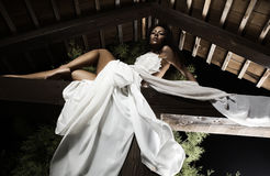 привлекательные представления девушки платья suntanned белизна Стоковое Фото