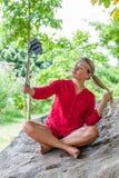 Suntanned 20-talkvinna som poserar för selfy det fria och semesterminnen Royaltyfria Foton