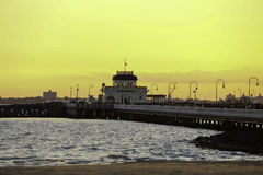 Suntset på St Kilda Pier Arkivfoto