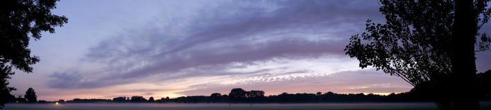 Suntset y niebla imagen de archivo libre de regalías